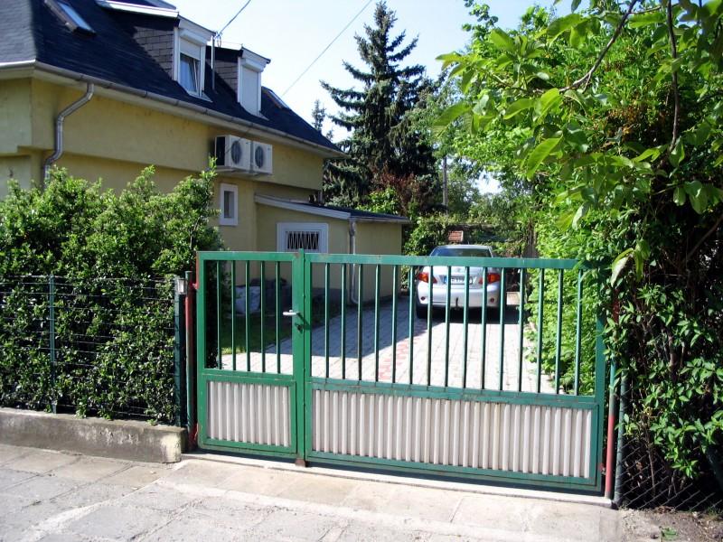 A kocsi beálló a ház hátsó udvara
