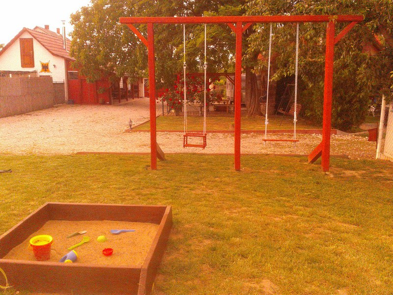 Hinták és játszótér gyerekeknek