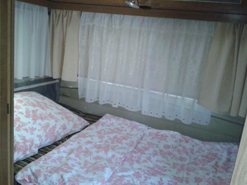 Lakókocsi dupla ágya