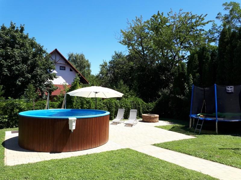 Medence, sütögető, trambulin, kert