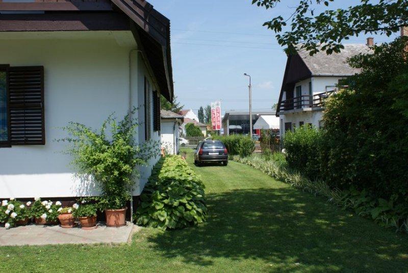 A ház keleti oldala,háttérben a SPAR